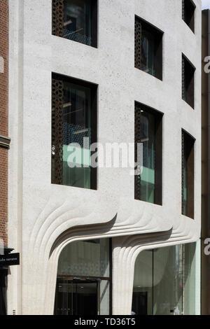 Vista in dettaglio della curva facciata in pietra e windows. Qatar Airways La sede centrale di Londra, Regno Unito. Architetto: PLP architettura, 2019. Immagini Stock