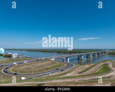 Ponte con vetture all'entrata a Barnaul Russia Immagini Stock