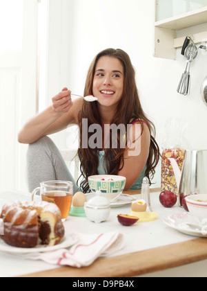 Bruna giovane donna con prima colazione Immagini Stock