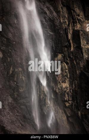 La splendida cascata Gravdefossen nella valle Romsdalen, Møre og Romsdal, Norvegia. Immagini Stock