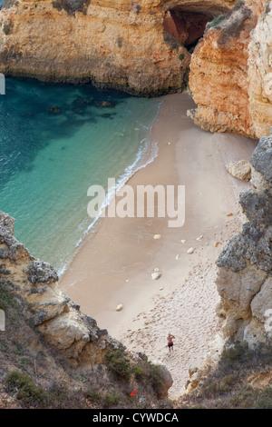 Cove a Algarve, PORTOGALLO Immagini Stock