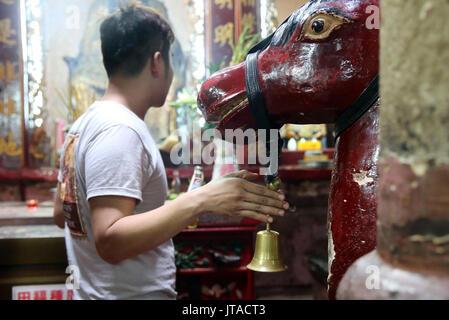 Cavallo sacro, il Tempio Taoista, pagoda dell'Imperatore di Giada (Chua Phuoc Hai), la città di Ho Chi Minh, Vietnam, Indocina, Asia sud-orientale, Asia Immagini Stock