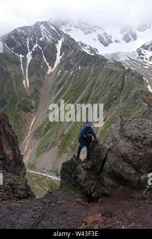 Un escursionista a mount Elbrus la montagna più alta in Europa si trova vicino al confine georgiano in Kabardino-Balkaria e Karachay-Cherkessia nel Nord Caucaso Distretto federale della Russia Immagini Stock