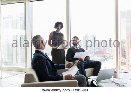 La gente di affari discutendo la documentazione in ufficio urbano Immagini Stock