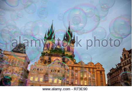 Bolle e chiesa di Nostra Signora di Týn, Piazza della Città Vecchia di Praga, Hlavni mesto Praha, Repubblica Ceca Immagini Stock