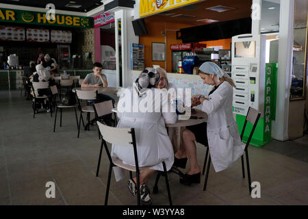 Persone mangiare all'interno di un centro commerciale a Grozny la capitale della Cecenia ufficialmente la Repubblica cecena nel Nord Caucaso Distretto federale della Russia. Immagini Stock