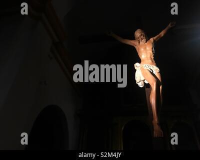 Un'immagine di Gesù Cristo crocifisso decora una chiesa in Prado del Rey, Sierra de Grazalema, Cadice, España Immagini Stock