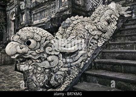 Il Vietnam, Tonalità Khai Dinh tomba, pietra intagliata dragon corrimano per scale Immagini Stock