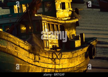 Il Vietnam, Vung Tau, la pesca in barca al tramonto Immagini Stock