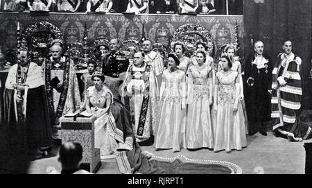 Incoronazione di Elisabetta II del Regno Unito, ha avuto luogo il 2 giugno 1953 presso l'Abbazia di Westminster, Londra. La regina Elisabetta II, con il Duca di Edimburgo, a Buckingham Palace poco dopo il loro ritorno dall'Abbazia di Westminster Immagini Stock