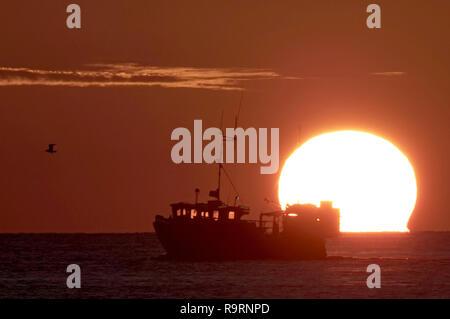 Portland, Dorset, Regno Unito. 27 dic 2018. Regno Unito: Meteo la pesca in barca al tramonto, Portland, Dorset Credito: Finnbarr Webster/Alamy Live News Immagini Stock