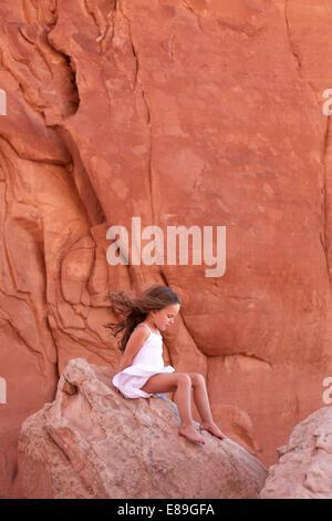 Ragazza sulla roccia del Parco Nazionale di Arches Immagini Stock
