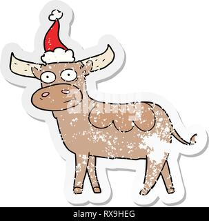Disegnata a mano distressed sticker cartoon di un toro che indossa santa hat Immagini Stock