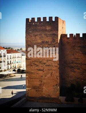 Una torre della cinta muraria della città di Caceres, Estremadura, Spagna Immagini Stock