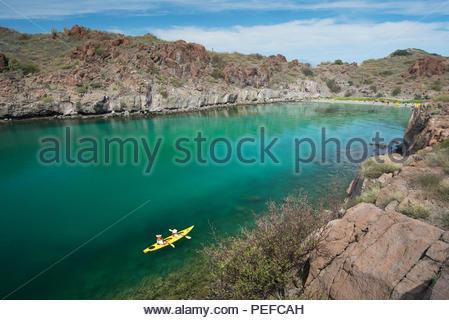 Fare kayak in luna di miele Cove, Isla Danzante o i ballerini Isola, parte di Loreto Bay National Park. Immagini Stock