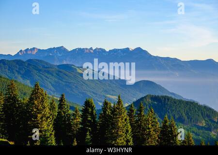 Vista da Hohenstrasse Aurine vicino Kaltenbach, Zillertal, dietro le montagne Rofan, Tirolo, Austria Immagini Stock