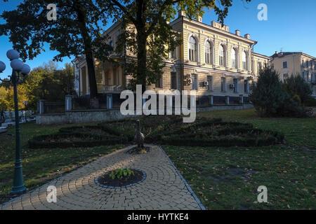 Bella e antica neo classica edificio accanto al ponte novoplanivskyi in kamianets-podilskyi Ucraina occidentale. Immagini Stock