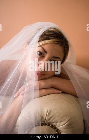 Ritratto di sposa appoggiata sul divano in pelle Immagini Stock