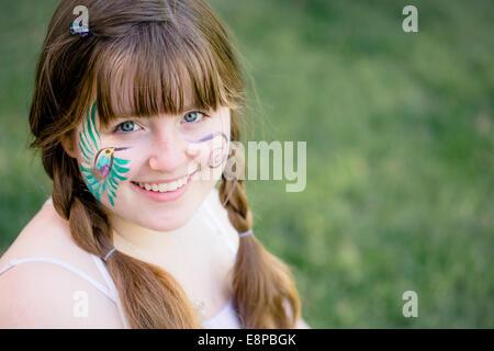 La ragazza (10-12) con faccia dipinta Immagini Stock
