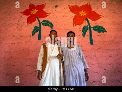 Uomini sudanesi in un ristorante con pareti decorate, Stato di Kassala, Kassala, Sudan Immagini Stock