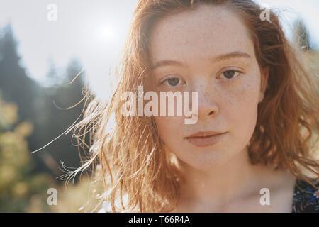 Close up ritratto grave giovane donna con lentiggini Immagini Stock