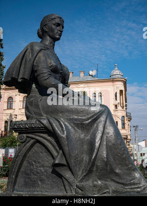 Statua di olha kobylianska scrittore ucraino in Piazza Teatro, chernivtsi ucraina Immagini Stock
