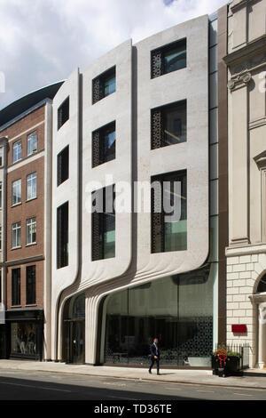 Ampia vista della facciata anteriore da un angolo. Qatar Airways La sede centrale di Londra, Regno Unito. Architetto: PLP architettura, 2019. Immagini Stock