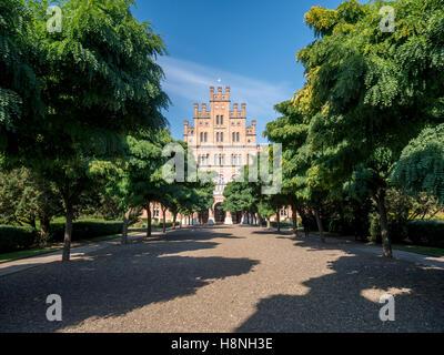 Vista frontale di chernivtsi università nazionale attraverso un viale di alberi autunnali Immagini Stock
