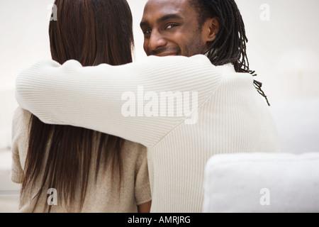 L'uomo africano con braccio attorno alla ragazza Immagini Stock
