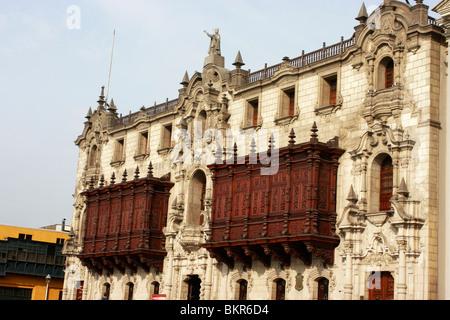 Spettacolare il cedro intagliato balconi in legno sulla storica del palazzo arcivescovile nel centro storico di Immagini Stock