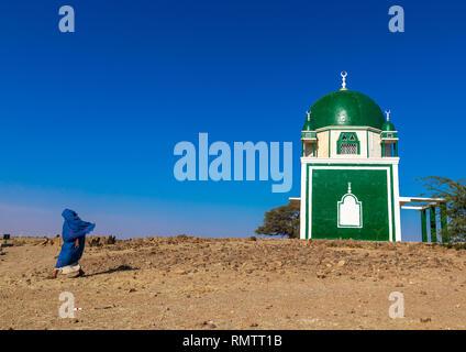 Donna sudanese passando davanti ad un santuario sufi, Al Jazirah, Abu Haraz, Sudan Immagini Stock