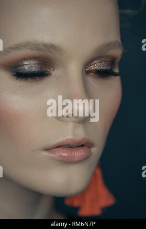Close-up volto di una bellissima ragazza modello professionale con specchio Immagini Stock