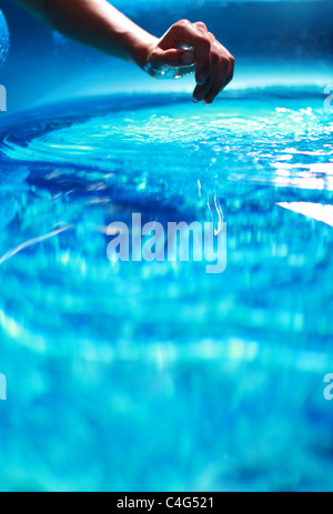 La mano in acqua blu Immagini Stock