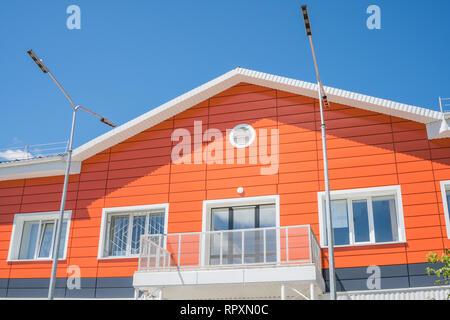 La facciata di un edificio residenziale di colore arancione. Immagini Stock