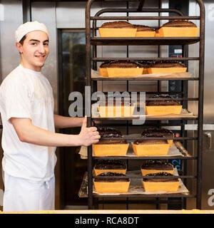 Baker lavora nel panificio Immagini Stock