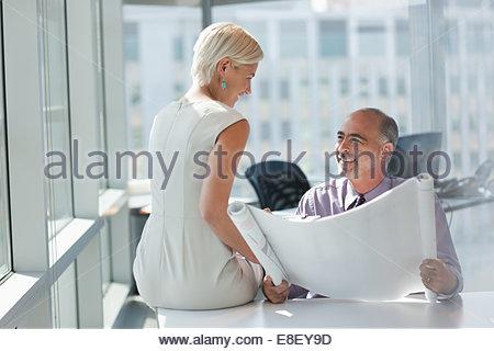 La gente di affari che lavorano insieme in ufficio Immagini Stock