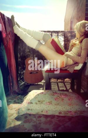 Bohemian donna seduta sulla terrazza Immagini Stock