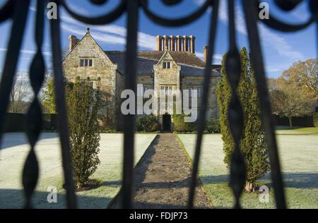 Una vista attraverso la porta su un gelido mattina a Bateman's, Burwash, East Sussex. La Jacobiana casa era Immagini Stock
