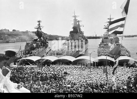 L'Avana residenti accogliere navi di guerra sovietici presso un porto marittimo locale durante la loro visita Immagini Stock