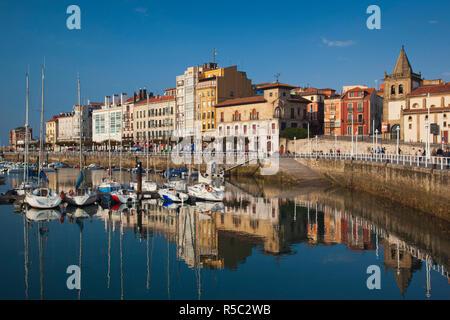 Spagna, Asturie, Asturias Provincia, Gijon, Cimadevilla Città Vecchia, Harbourfront edifici lungo il Puerto Deportivo la porta Immagini Stock