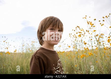 Ragazzo in piedi in un campo Immagini Stock