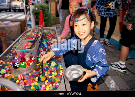Ragazza nella tradizionale festa giapponese outfit Immagini Stock