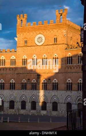 Facciata del Municipio, Palazzo Pubblico, Piazza del Campo a Siena, in provincia di Siena, Toscana, Italia Immagini Stock