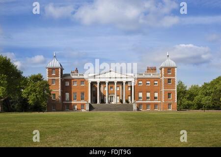 Parte anteriore orientale con il 'trasparente' portico a Osterley, Middlesex. La casa, originariamente Elizabethan, Immagini Stock