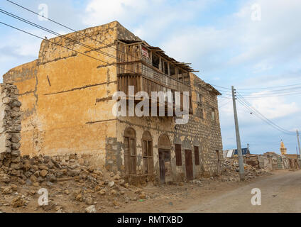 Vecchio edificio con un balcone di legno sulla terraferma, Mar Rosso Stato, Suakin, Sudan Immagini Stock