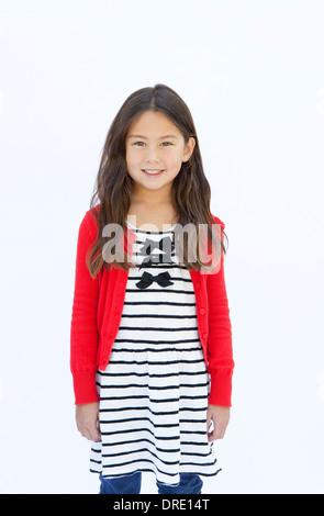 Ritratto di giovane ragazza di fronte a uno sfondo bianco Immagini Stock