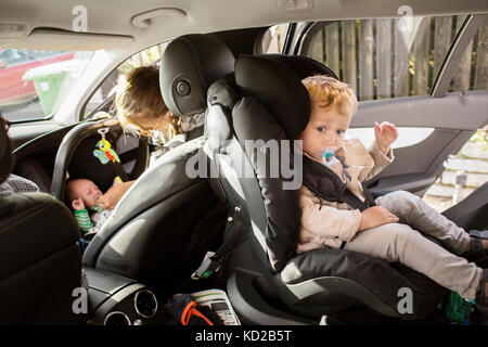 Baby boy (18-23 mesi) seduti in auto Immagini Stock