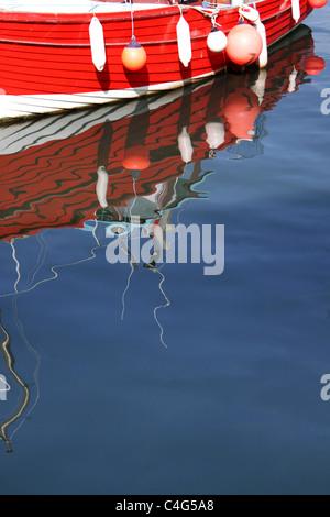 Barca con galleggianti e boe Immagini Stock