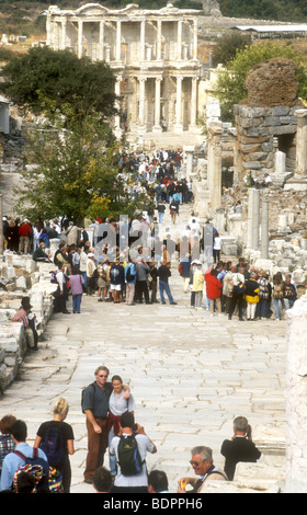 La folla di visitatori affollano la pendenza stradale in marmo per il celebre storico Celsus Library (117annuncio)a Immagini Stock