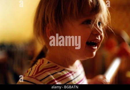 Fotografia di felice ragazza giovane figlia sorridente ridere risatina Immagini Stock